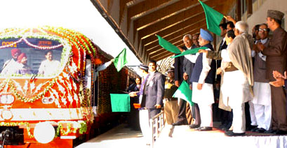 The Prime Minister, Dr. Manmohan Singh flagging off the First Train in the valley between Anantnag-Srinagar-Rajwansher, at Srinagar on October 11, 2008. The Chairperson, UPA, Smt. Sonia Gandhi, the Union Minister for Railways, Shri Lalu Prasad, the Union Minister for Water Resources, Prof. Saifuddin Soz and other dignitaries are also seen.
