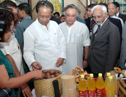 The Vice President, Shri Mohd. Hamid Ansari going round the exhibition on North East Handlooms & Handicrafts, in Guwahati on September 15, 2008. The Chief Minister of Assam, Shri Tarun Gogoi and the Minister of State for Commerce and Power, Shri Jairam Ramesh are also seen.
