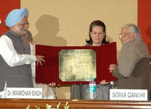 The Prime Minister, Dr. Manmohan Singh presenting the 24th Indira Gandhi Award for National Integration to Eminent Journalist, Shri Balraj Puri, in New Delhi on October 31, 2009.