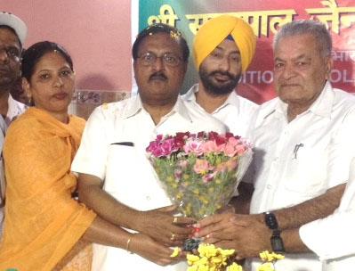 Satya Pal Jain being honoured by the residents of Manimajra-1
