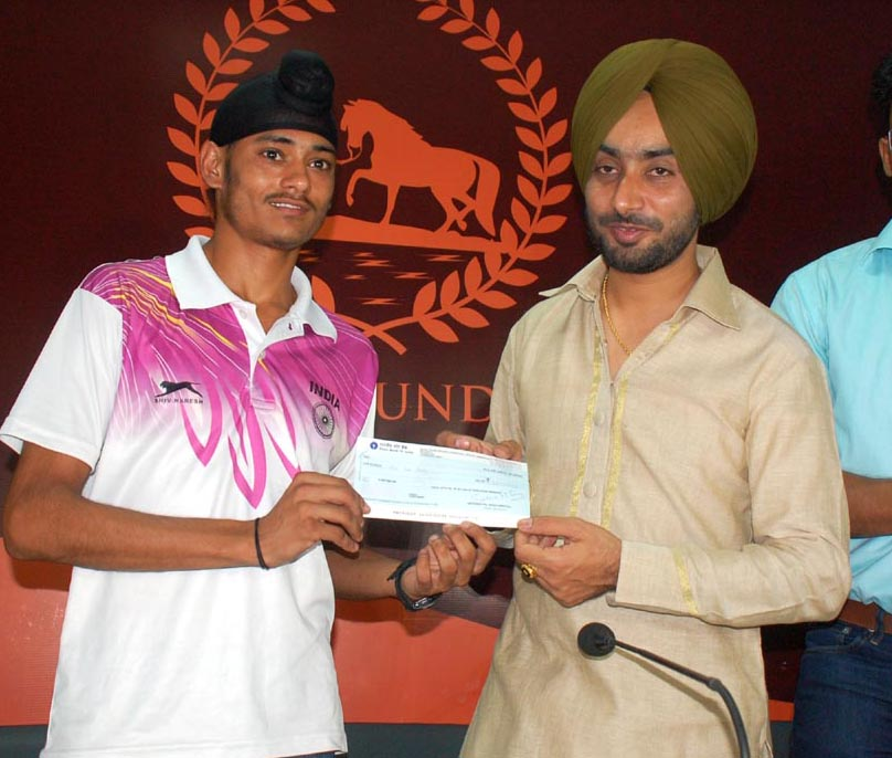 """Chandigarh, May 23rd Saturday 2015 (Kulbir Singh Kalsi):- : Aiming to help the needy and talented youth of this region, famous sufi singer Satinder Sartaj has formed an organization named ' Sartaj foundation'. This foundation will help the youth to hone their skills in their respected fields of arts, culture & sports. In its first gesture, it will honor the Karnal based athlete Beant Singh, who won the 800meter race in the Asian Youth Athletic Championship held at Doha. The function was held on 23rd May , Saturday, at Chandigarh press Club and Sartaj will hand over the cheque of one lakh rupees to the athlete. Divulging details about the motto of this foundation, Mr. Sartaj said that this foundation will focus on betterment and well being of the youth. We will aid youth excelled in the fields of arts, culture & sports. He added that I feel gratitude for my audience who wholeheartedly accepted, loved, appreciated my way of singing and put me at this height. Now I feel it my duty to help those needy and talented youth so that they could be put on a path towards career success with the intention to create a better society. For this purpose, the """"Youth Career Fund"""" of this foundation will be providing grants to them."""