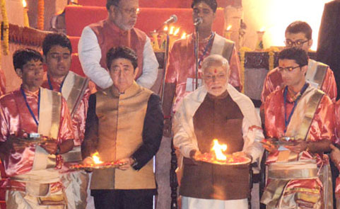 The Prime Minister, Shri Narendra Modi and the Prime Minister of Japan, Mr. Shinzo Abe performing the Ganga Aarti at Dashashwamedh Ghat, in Varanasi, Uttar Pradesh on December 12, 2015.