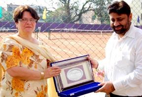 St Peter's Principal Patricia presenting a memento to Chandigarh Mayor Pradeep Chhabra.