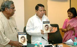 The Union Minister for Information & Broadcasting, Shri Priyaranjan Dasmunsi releasing a book on renowned Hindi poet Shri Ramdhari Singh Dinakar titled Ramdhari Singh 'Dinakar': Vyaktitva Aur Krititva authored by Dr. Khagendra Thakur, in New Delhi on September 23, 2008. The Secretary, Ministry of Information & Broadcasting, Smt. Sushma Singh is also seen.