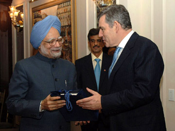 The Prime Minister of United Kingdom, Mr. Gordon Brown presenting a gift to the Prime Minister, Dr. Manmohan Singh on his birthday today, in New York on September 26, 2008.
