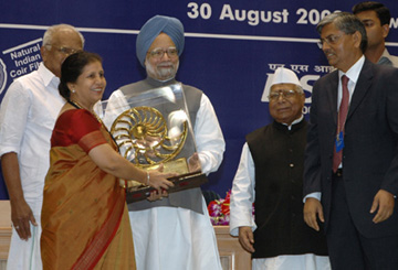 The Prime Minister, Dr. Manmohan Singh giving away the Special National Award for Women Entrepreneur in Micro & Small Enterprises to Smt. Savita Kailash Chhabra of Maharashtra, at the presentation of National Awards-2007 for Micro, Small & Medium Enterprises, in New Delhi on August 30, 2008. The Union Minister for Micro, Small & Medium Enterprises, Shri Mahabir Prasad is also seen.