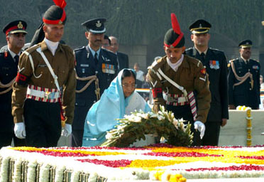 The President, Smt. Pratibha Devisingh Patil laying wreath at the Samadhi of Mahatma Gandhi on the occasion of Martyr's Day at Rajghat, in Delhi on January 30, 2009.