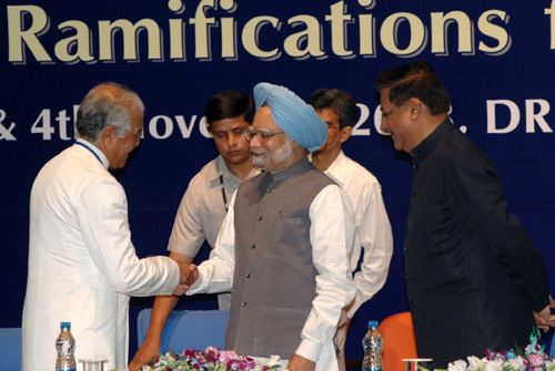 """The Prime Minister, Dr. Manmohan Singh being welcomed by the Chief Information Commissioner, Shri Wajahat Habibullah at the inauguration of the third Annual Convocation-2008 on """"RTI and its Ramifications for Good Governance"""", in New Delhi on November 03, 2008."""