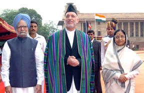 The President, Smt. Pratibha Devisingh Patil and the Prime Minister, Dr. Manmohan Singh at the ceremonial reception of the President of Afghanistan, Mr. Hamid Karzai, in New Delhi on August 04, 2008.